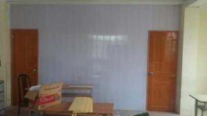 vách ngăn phòng nhựa màu trắng và cửa