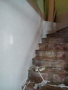 ốp tường nhựa chân cầu thang màu trắng